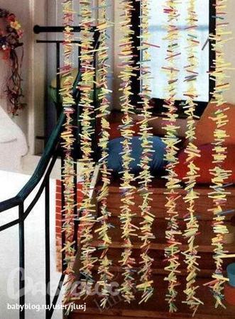 Вот нашла замечательную идею, как можно из трубочек для коктейля изготовить декоративная шторку для детской комнаты.