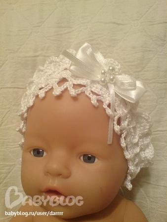 Крестильная повязка на голову, узором звездочки, с украшениями из цветов и жемчуга.  100%хлопок.
