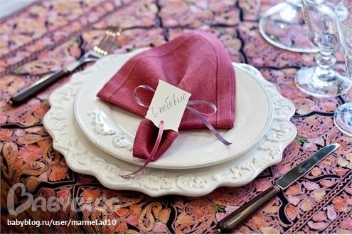 Сразу подумайте и о том, как красиво украсить стол.  Вашему вниманию - пошаговая схема сервировки стола к 8 марта или...