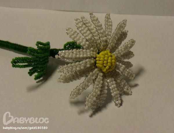 Плетение сердцевинки, чашечки и листика по схемам из книги Донны Дикт Цветы из бисера в вашем доме.