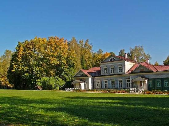 В 2 км от железнодорожной платформы Абрамцево находится бывшая усадьба, а теперь музей-усадьба Абрамцево.